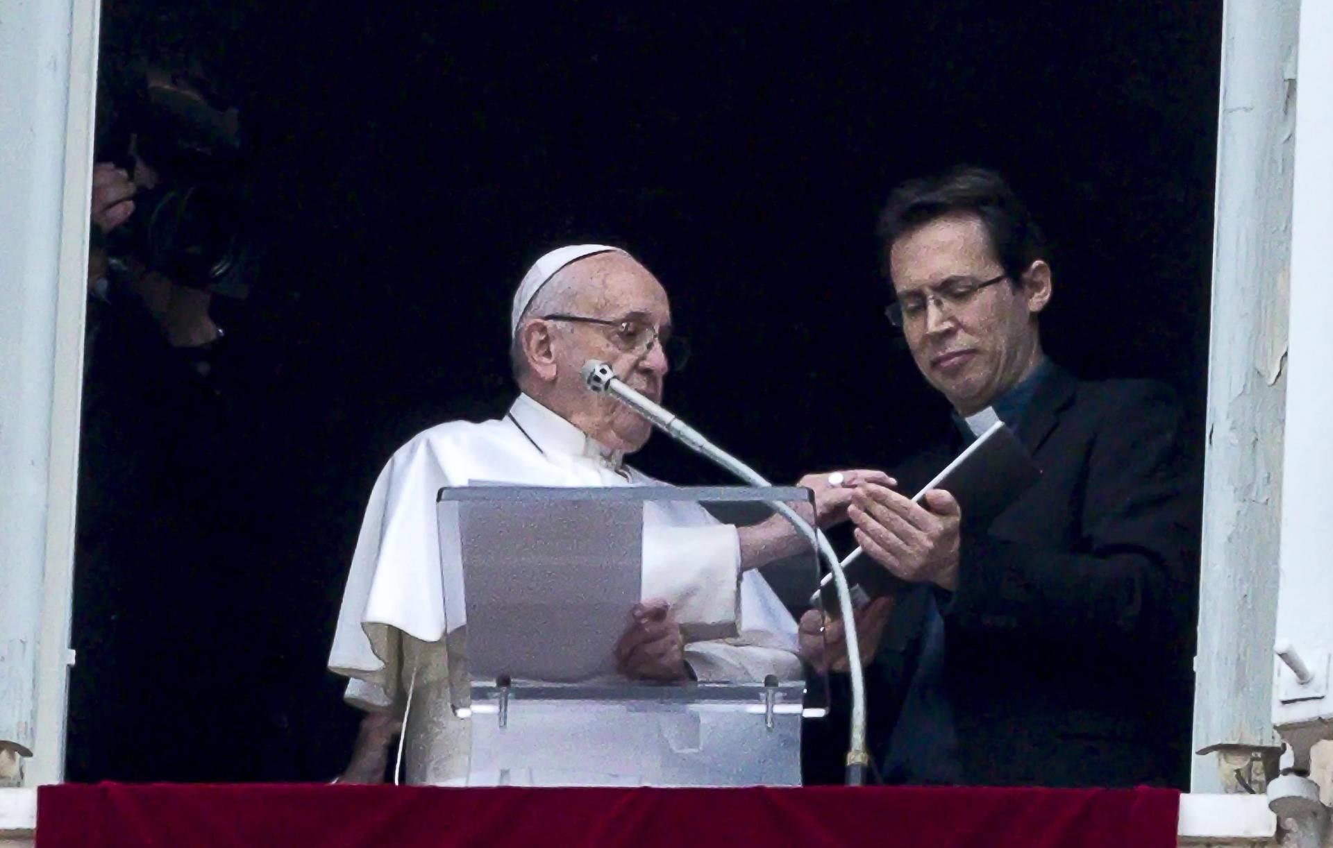 Папа Римский Франциск (слева) EPA-EFE/ANGELO CARCONI