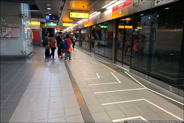 Вариант разметки перед дверями вагона на загруженной станции