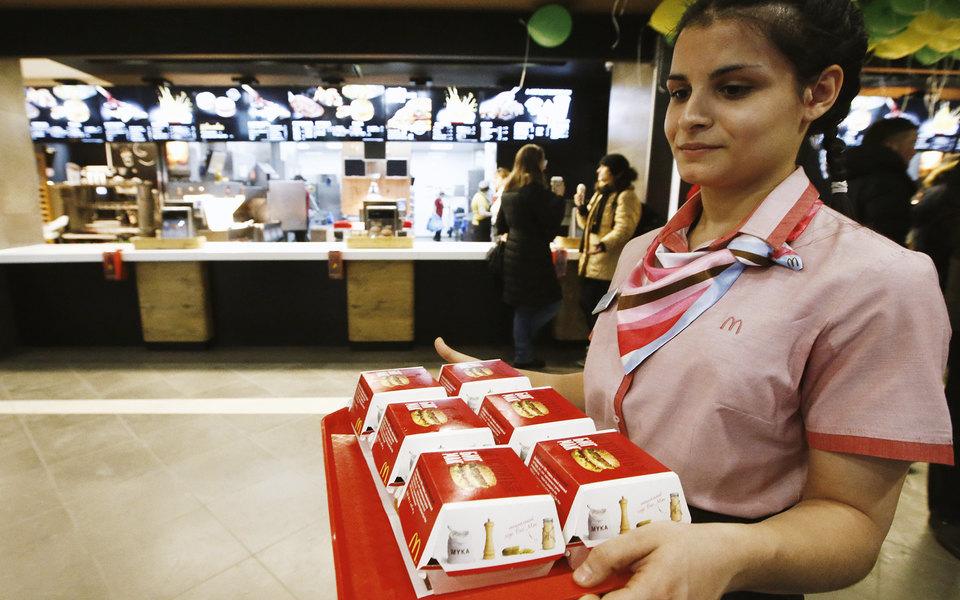 McDonald's введет обслуживание столиков всвоих заведениях повсей России